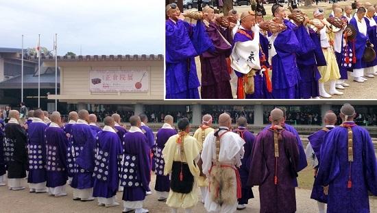 奈良国立博物館に向かって経を唱える僧群