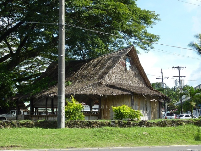 道端にある伝統的な建物
