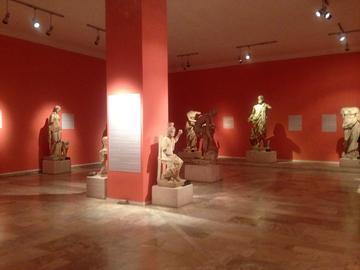 ギリシアやエジプトの神々の像