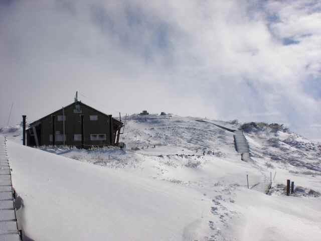 小屋と頂上.jpg