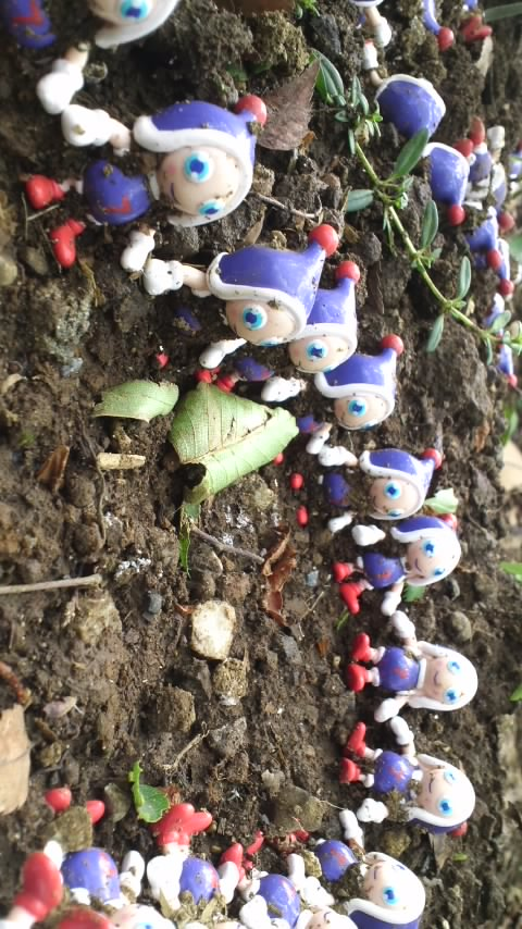土の上の小人たち