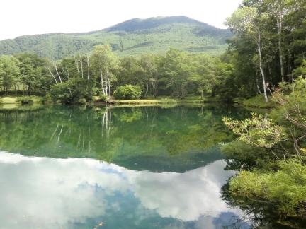 池の映る山