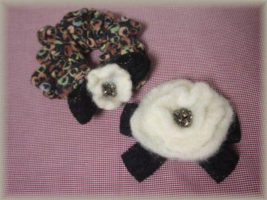 羊毛フエルトのシュシュとコサージュ