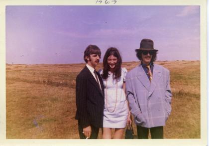 『愛しのフリーダ』 当時の写真。リンゴとジョージに挟まれているのがフリーダ。
