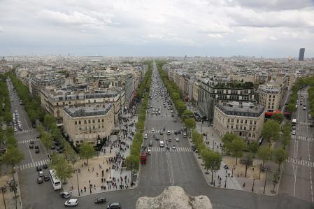 パリ 凱旋門から放射状に延びる道を望む