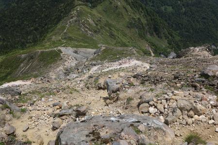 上高地方面への道は急勾配かつ滑りやすい