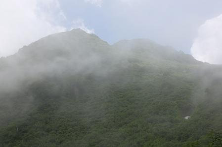 長助池分岐付近より妙高山を見上げる