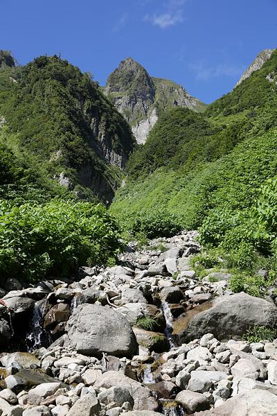 荒管沢から見上げる雨飾山
