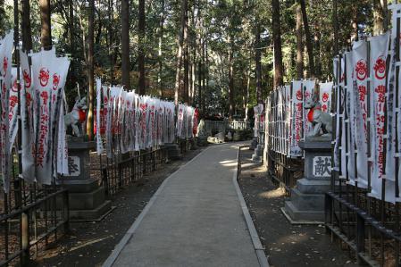 旗が並ぶ霊狐塚への道