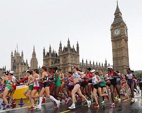 「ビッグ・ベン」前を走る女子マラソン選手
