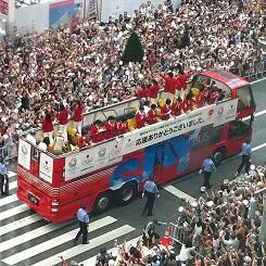銀座パレードの2階建て赤バス