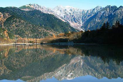 穂高連峰を映し出す大正池(長野上高地)