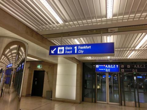 中央駅行きホーム看板