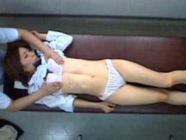 【盗撮】気弱な巨乳女子校生が必死に喘ぎ声を我慢しながら怪しいエロマッサージを受ける