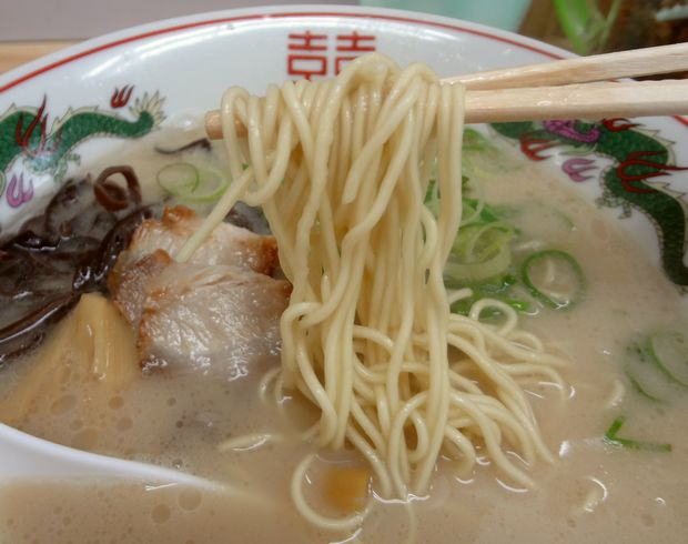 『よつば屋』ラーメン(麺リフト)