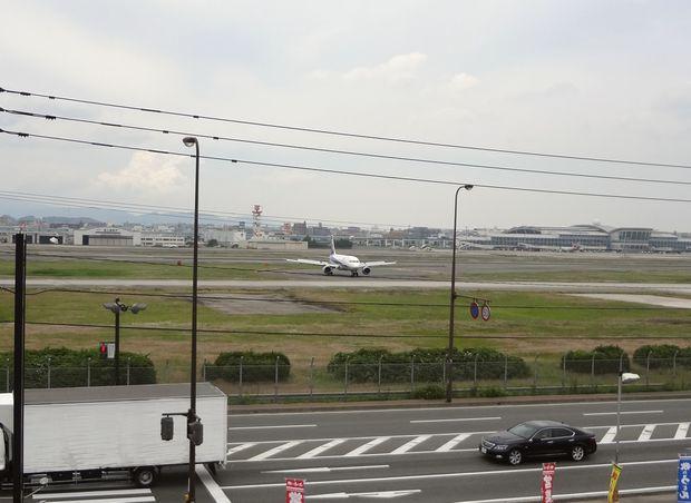 『牧のうどん 空港店』展望台から眺める滑走路