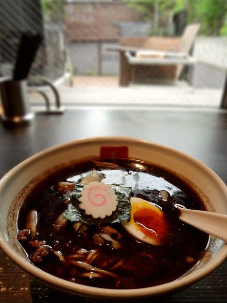 『博多 五行』焦がし醤油(中庭を背景に)