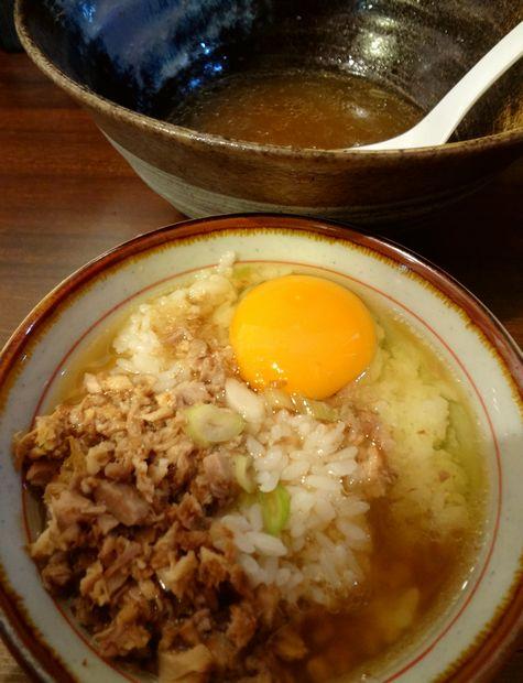 『中華蕎麦 翠蓮』スープごはんセット(醬油らーめんのスープをかけた図)