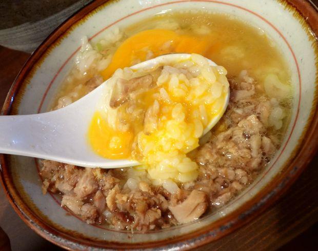 『中華蕎麦 翠蓮』スープごはんセット(卵を崩した図)