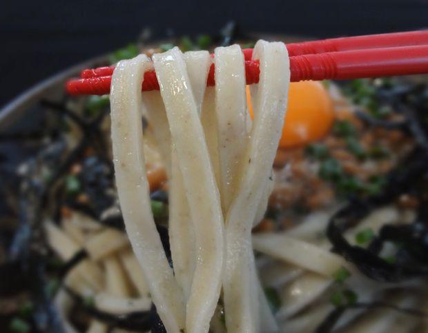 「ごぼううどん(㈱楽喜)」を、「冷やし納豆月見うどん」に調理した図(麺リフト)