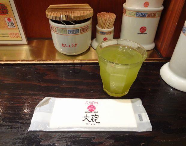 『久留米 大砲ラーメン 天神今泉店』紙おしぼりと冷緑茶