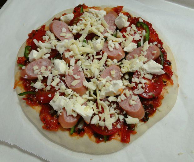 手作りピザ・3(素焼きにトッピングを載せた図)