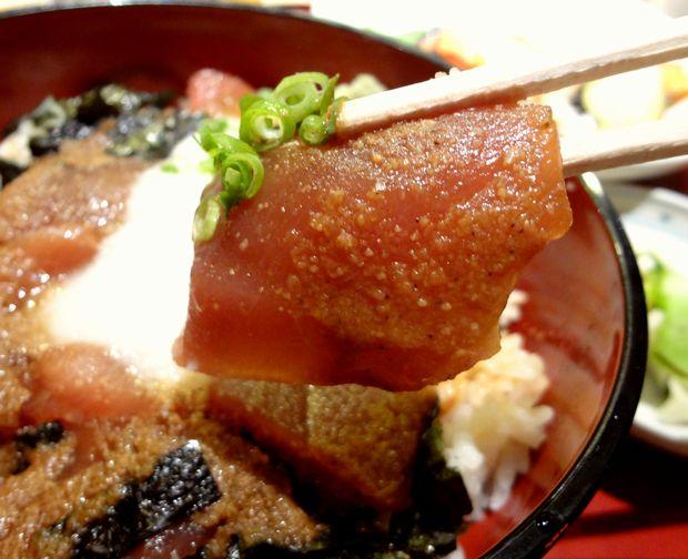 『一膳・居酒屋 夢屋』日替り定食(鮪山かけ丼の鮪アップ)