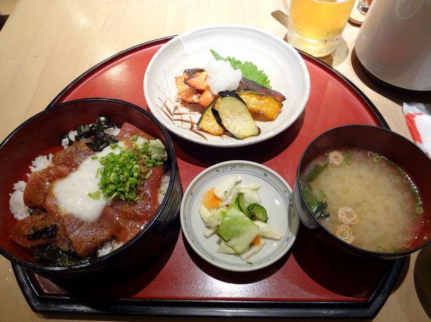 『一膳・居酒屋 夢屋』日替り定食(鮪山かけ丼と鮭幽庵焼き)780円