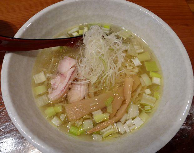 『らぁめん シフク』「塩らぁめん、餃子定食(680円)」の、塩らぁめん(単品は550円)