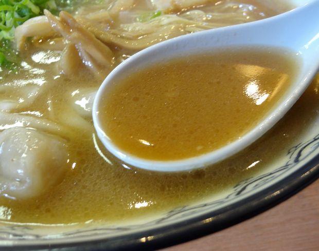『元祖赤のれん 節ちゃんラーメン』ワンタンメン・並(スープ)