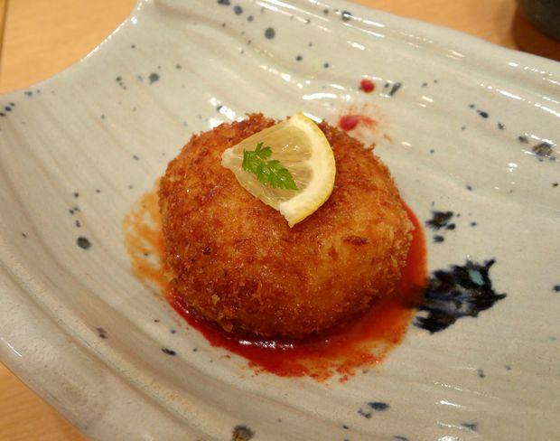 『ひょうたん寿司』旬のおまかせにぎりセットに付く「カニクリームコロッケ」