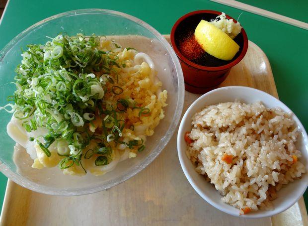 『牧のうどん マリナタウン店』レモンおろしうどん(460円)とかしわ飯(190円)