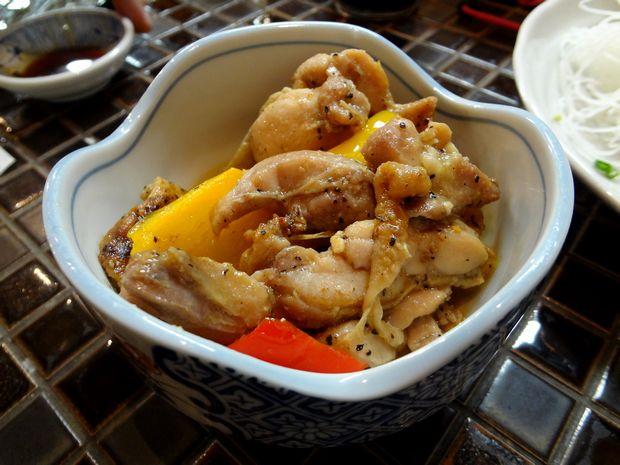 『しらすくじら 天神店』鶏肉のガーリック炒め(380円)