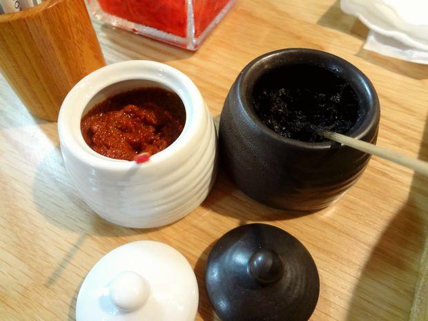 『博多炊き餃子 池ぽん』卓上の「黒柚子胡椒」と「辛味噌」