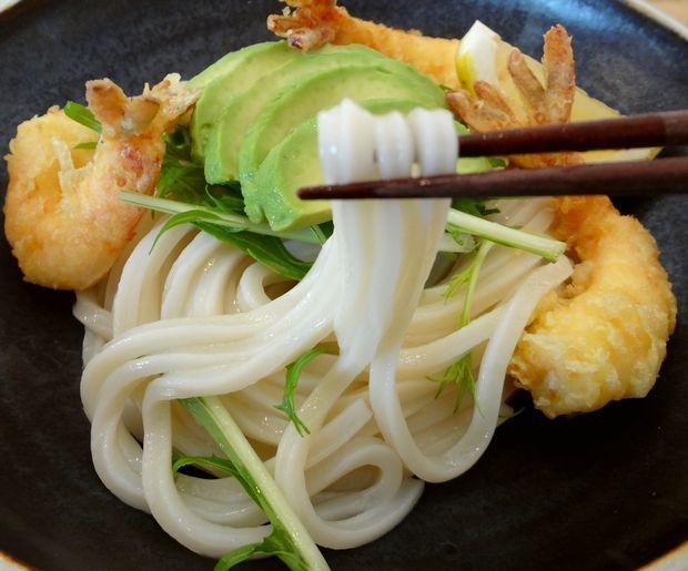 『うどん日和』アボカドと海老天ぶっかけ(麺リフト)
