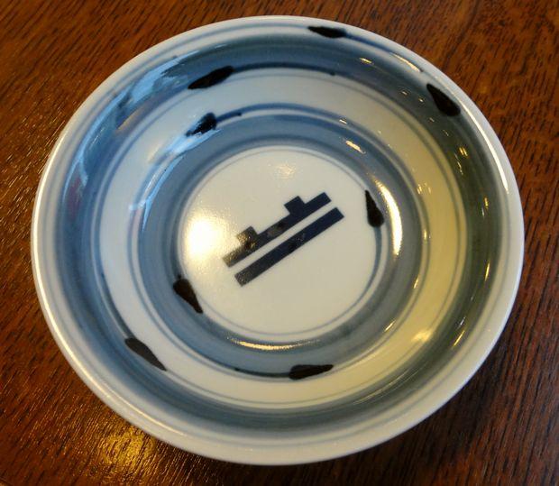 『鉄なべ 荒江本店』取り皿に描かれた「鉄なべ」の絵
