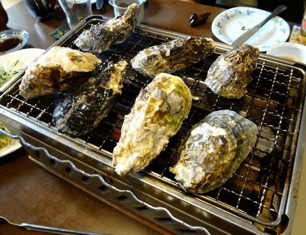 『笹丘三丁目食堂』(2012年11月)恵比寿カキを焼く図
