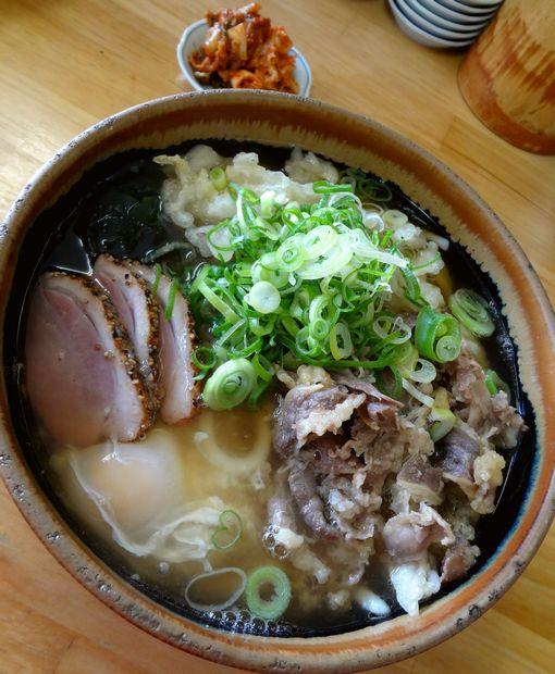 『天ぷらうどん』肉ごぼう玉子うどんと、小皿に取ったキムチ