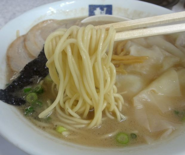 『魁龍 博多本店』ワンタンメン(麺リフト)