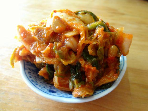 『天ぷらうどん』納豆キムチを小皿に取った図
