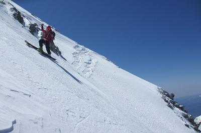 カリカリの木曽駒ヶ岳北面ルンゼを慎重に下る。