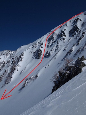 木曽駒ヶ岳北面と今回の滑降ルート。登り返した北面カール西側尾根から撮影。