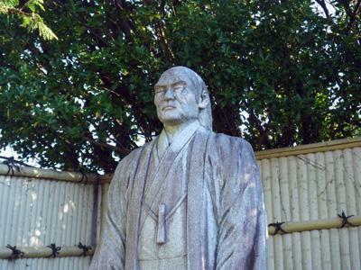 栄五郎親分の石像