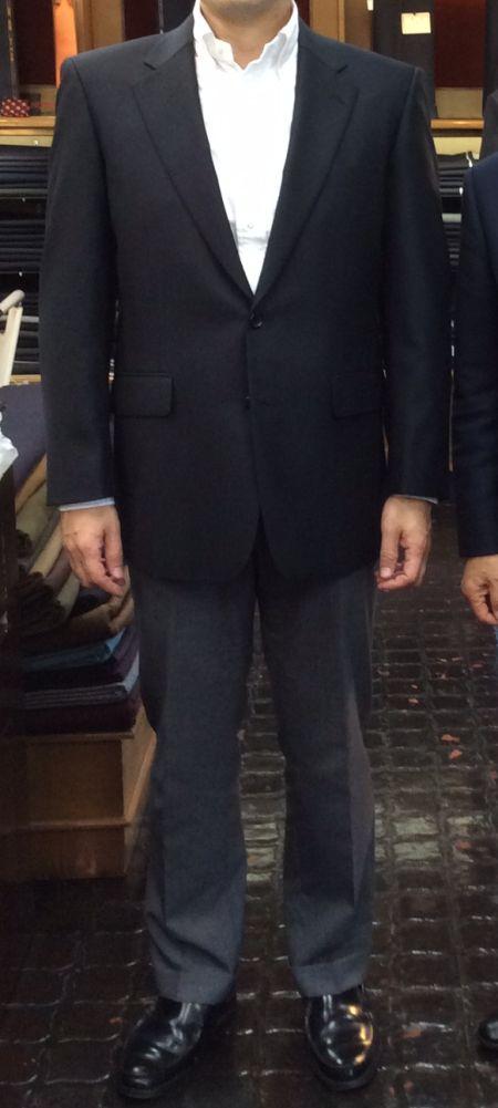 黒のオーダージャケットにグレーのスラックス
