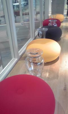 赤黄丸椅子