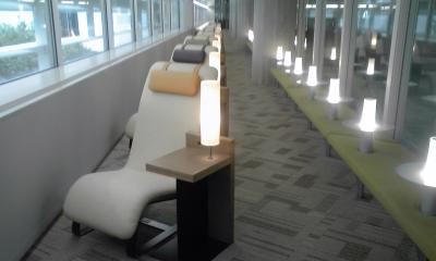 背もたれ椅子とライト