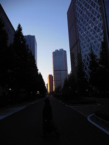 新宿西口ビル群の夕暮れ