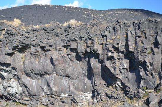 1778/11/06日の安永溶岩 カルデラ南西壁を越え赤だれから地層大切断面上部まで流れでた