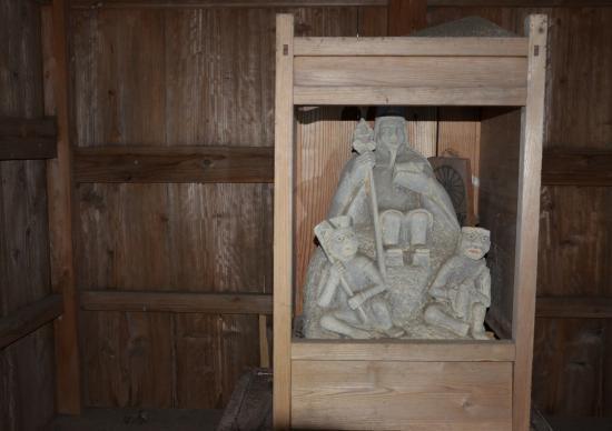 前鬼 後鬼を左右に従えた 役行者の石像(泉津 三原神社寄宮)