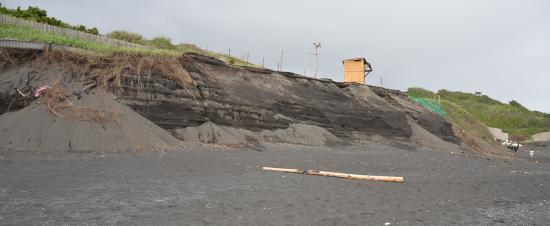 浸食が進むサヌハマ 間伏の婦人会が海岸清掃をしていた。